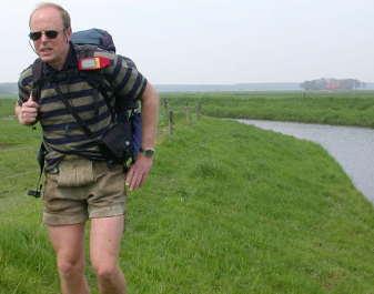2000: Met de eTrex op de schouderband door de polder