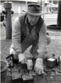 Gunther Demnig plaatst een stolperstein